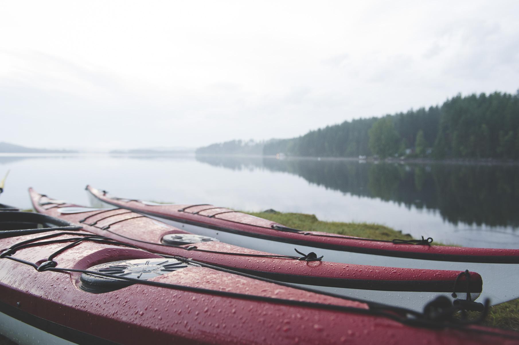 Tre kanoter vid insjö i Hällefors, Västmanlands län