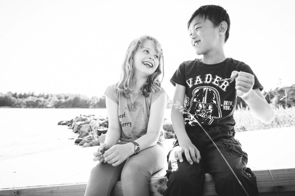 Barnfotografering, motljus, sommar, skärgården, Playful Heart