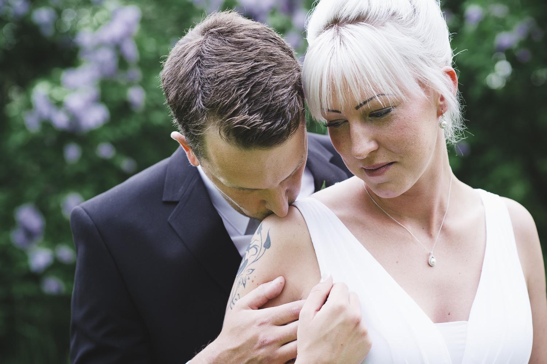 Utomhusbröllop, vigsel, bröllopsgäster, brudpar, brud, brudgum, porträttsession, tatueringar, Beloved, Moment Design,Enköping