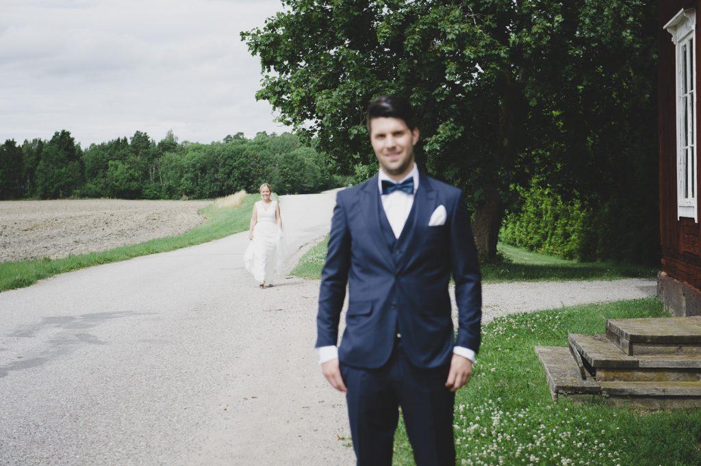 Bruden har anlänt och är på väg fram till brudgrummen för att ses första gången på bröllopsdagen
