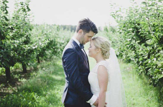 Brudparet andas ut lite i början av parfotograferingen under bröllopsdagen