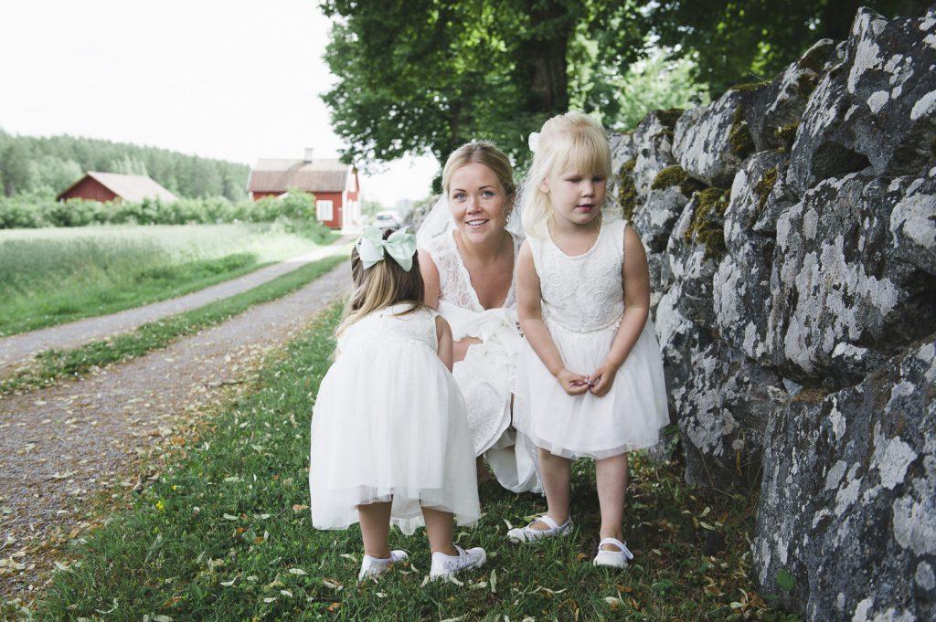Bruden och brudparets barn gömmer sig för bröllopsgästerna innan vigseln