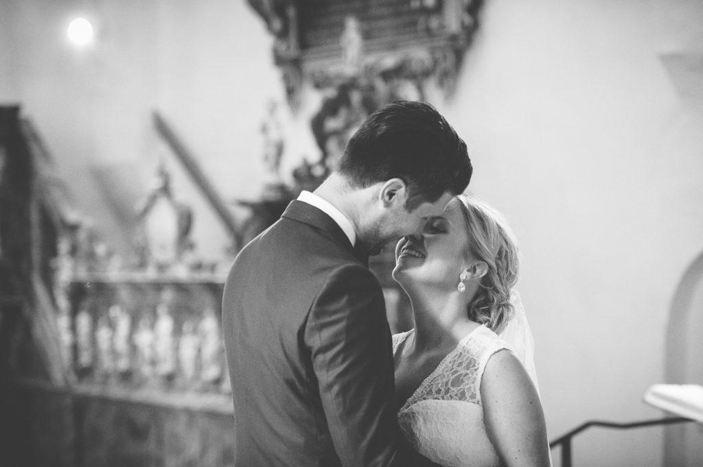 Brudparet kysser varandra under vigsel i Veckholms kyrka