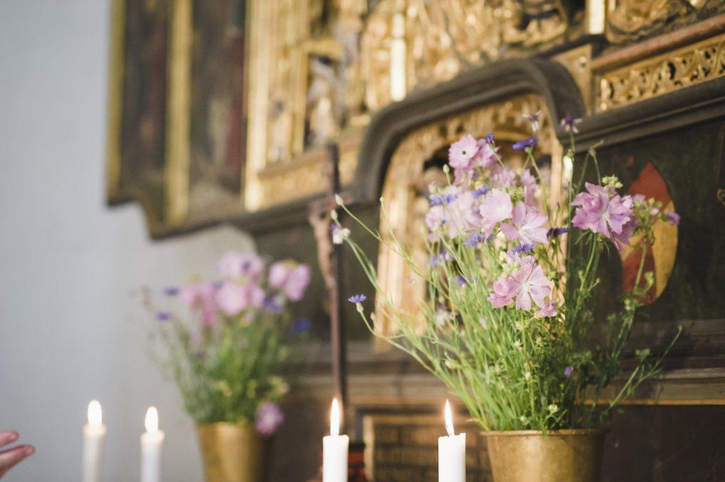 Blommor vid altaret i Veckholms kyrka