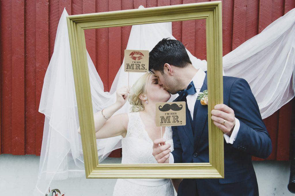 Brudparet använder sitt photobooth vid vigsellokalen