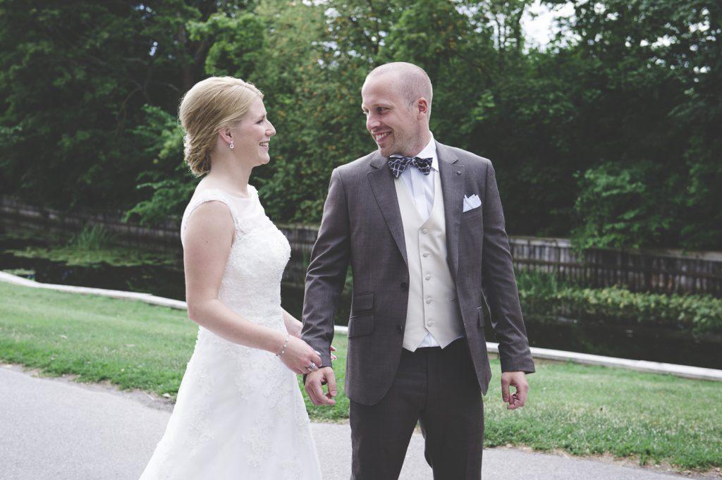 Brudparet ses för första gången under bröllopsdagen