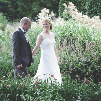 Brudparet promenerar genom Drömparken i Enköping
