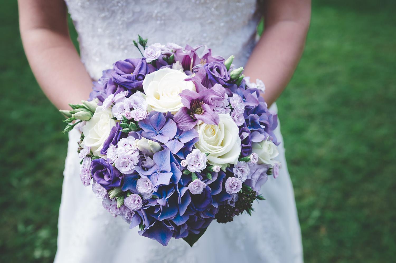 Brudens bukett med bland annat rosor, bröllop, brudbukett, bröllopsfotograf, fotograf, Enköping