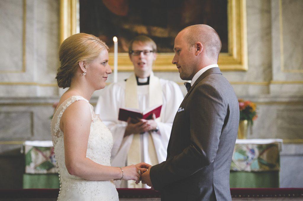 Brudparet läser sina löften i Tillinge kyrka