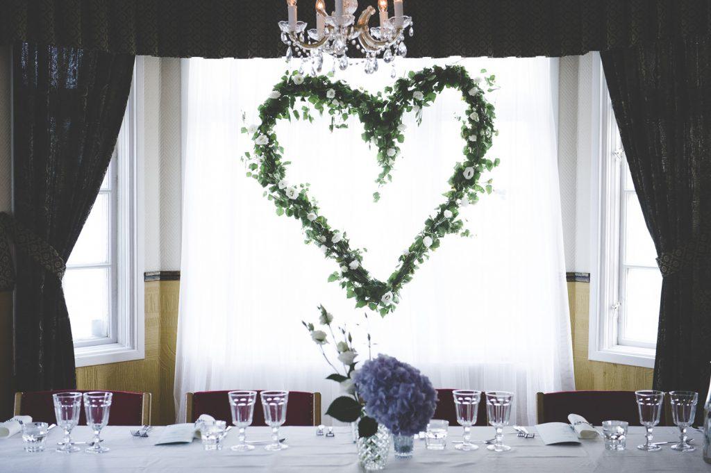 Ett hjärta bakom honnörsbordet i Odd Fellow-lokalen i Enköping