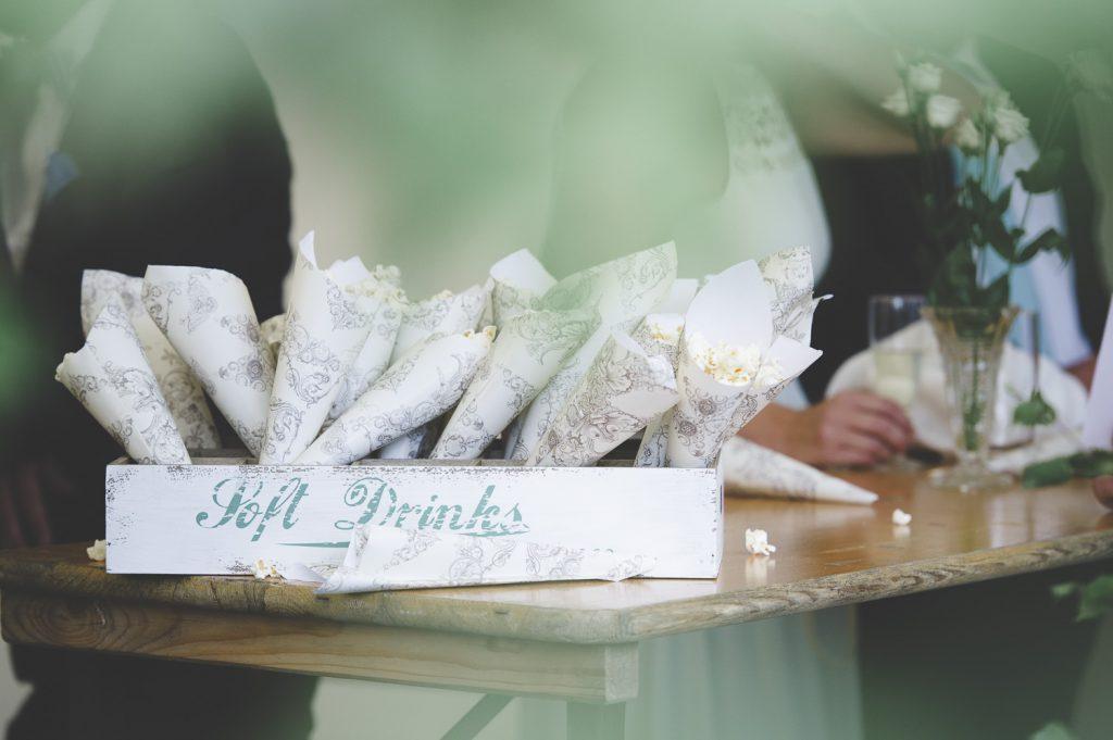Popcorn vid minglet innan brudparet anläner
