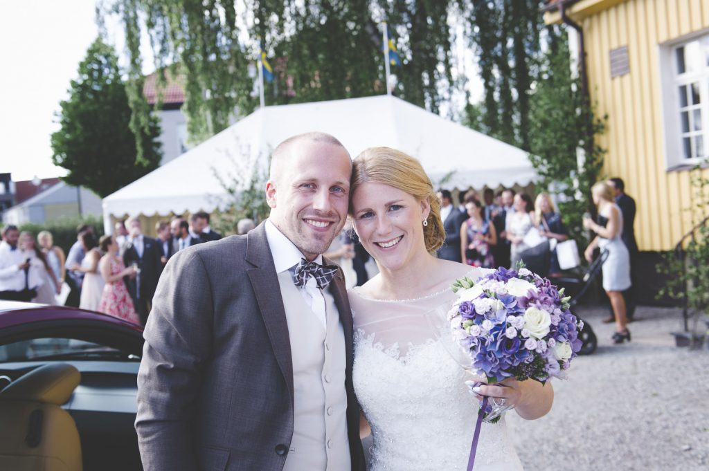 Brudparet har kommit fram till festlokalen Odd Fellow i Enköping