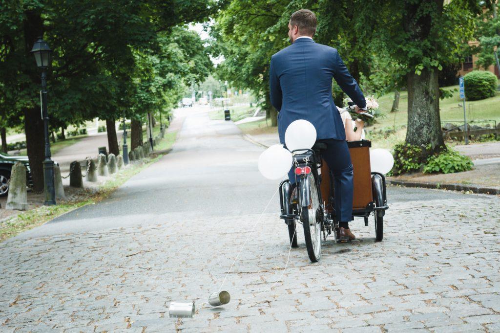 Bröllop, brudpar, Uppsala, Heliga Trefaldighets kyrka, nygifta, cykel