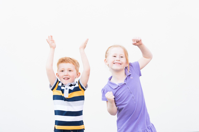 barn, barnfoto, barnfotografering, morsdag, morsdagfotografering, Stockholm, Musikshögskolan, utomhus, kärlek, familj, syskon,