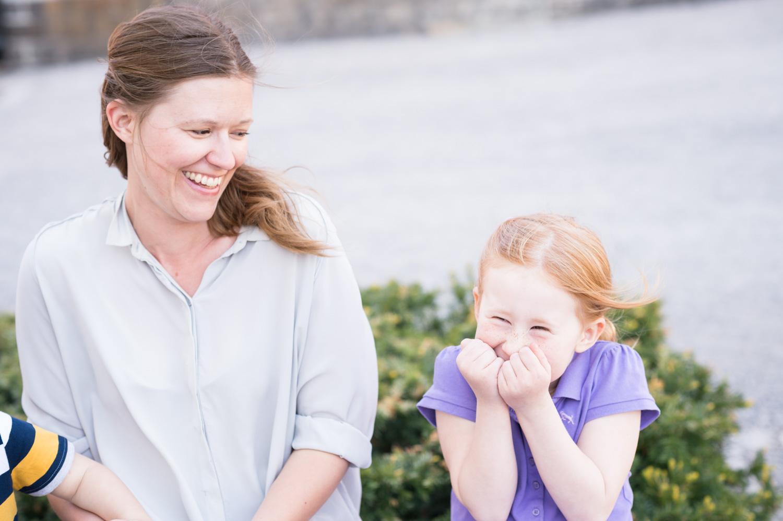 barn, barnfoto, barnfotografering, morsdag, morsdagfotografering, Stockholm, Musikshögskolan, utomhus, kärlek, familj, syskon, mamma, dotter