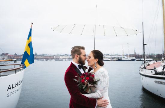Brudpar med vitt paraply på Skeppsholmen