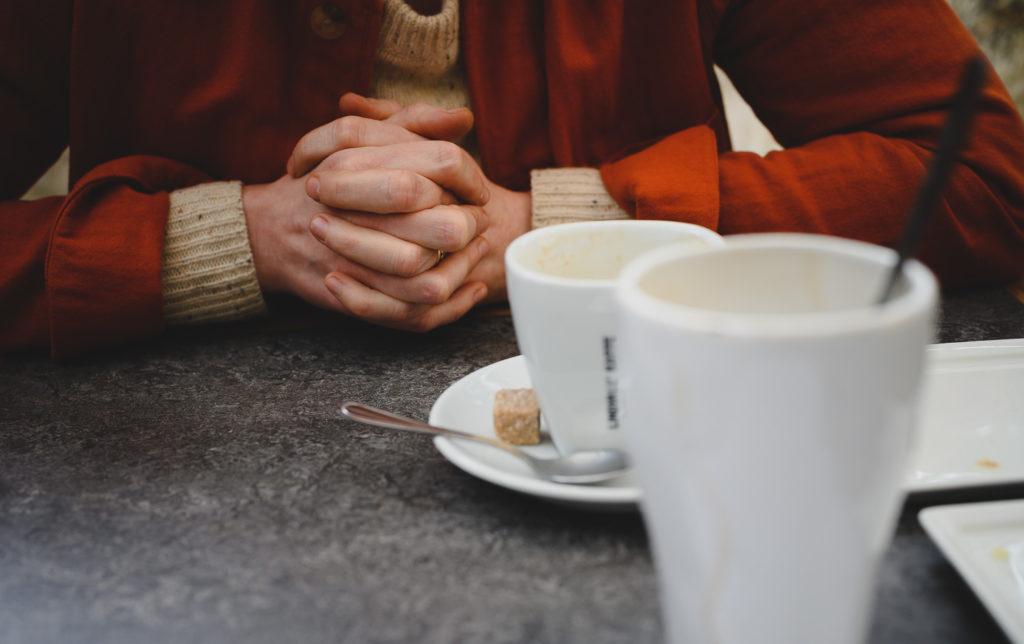 kaffekoppar händer