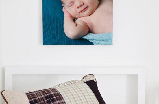 Bild på bebis på vägg ovanför barnsäng
